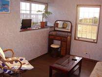 ラタンのドレッサーとバンブーのセンターテーブルが入り、アジアン風のお部屋になりました。