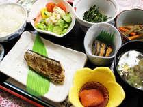 *【朝食全体例】地元で取れた魚料理など優しい味が体に染みわたります♪