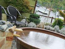 陶器風呂。混浴露天風呂にあります。