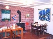青木湖の眺めと絵画が楽しめる食堂