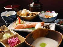 *朝食は焼き魚にごはん、お味噌汁、煮物など体にうれしい和定食をご用意。(お料理一例)