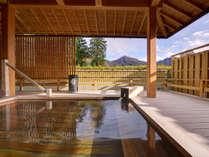 *露天風呂/檜の香りに心安らぐ露天風呂。景色を眺めながらゆっくりお入りください。