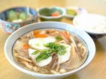 和食処「金の砂」にて、「ひっつみ定食」をお召し上がりいただけます