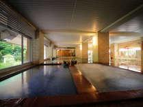 【南部の湯「内湯」】 ※「熱湯」、「ぬる湯」等の浴槽があり、庭園を眺めながら、温泉をご満喫ください