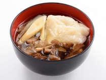 郷土料理「ひっつみ」。小麦粉を練って固めたひっつみを、愛隣館特製の味付けでどうぞ