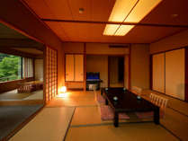 客室「花かんむり二間」※お部屋が2つあり、窓からの景色もよく、お寛ぎいただけます.