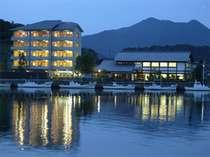 萩を流れる松本川河畔に建つ、個性派旅館。