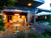松本川を渡る風を感じながら過ごすテラス。時間とともに表情を変える萩の町並み、風の薫りが素敵。