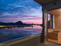 【川側客室露天風呂】江戸時代「萩八景」に謳われた夕景。ならではの風景をお楽しみください(一例)。