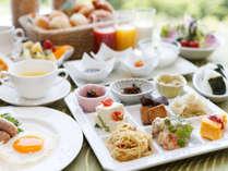 一日の始まりは、和食派も洋食派も嬉しい朝食バイキング。