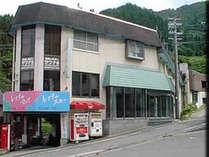 *高原の麓にある田舎料理旅館。水芭蕉や木々の緑が四季のうつろいを感じさせます。