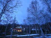*【外観】白樺の林に囲まれた静かな佇まいの一軒宿です。