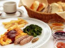 *【朝食 洋食一例】手作りのパンを温かい状態でご用意いたします。