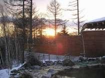 石の露天風呂から眺める冬の日の出