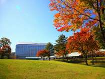 【ホテル外観(秋)】ホテルと雫石ゴルフ場の紅葉