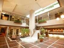 ロビーでは、数々の観葉植物がお客様のご到着をお出迎え。自然と調和したホテルを演出しております。