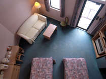 【客室】吹き抜けのメゾネットルームは完全なる2階建てのお部屋