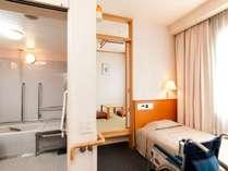 バリアフリールーム。車椅子でご利用頂ける和洋室。奥に4畳半の和室があります。