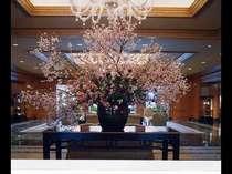 桜の季節にはロビーをはじめ、館内のいたるところで桜花をお楽しみいただけます。