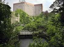 四季折々に美しい椿山荘日本庭園からのホテル外観