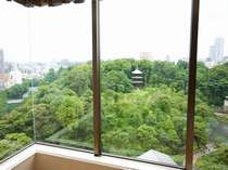 ガーデンビューのお部屋からは四季折々に美しい椿山荘の庭園をご覧いただけます。