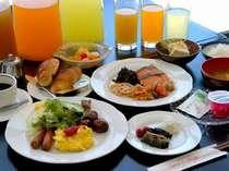 和食も洋食も取りそろえた朝食バイキング