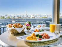 明るい陽射しを浴びながら、レインボーブリッジを一望できるレストランでの朝食ブッフェ