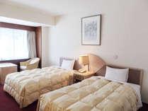 当館自慢の特別室(洋室)のお部屋です。写真の寝室の他、リビングがございます。