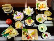 会席の一例です。旬の食材を丁寧に調理しております。※メニューは季節により変更となります。