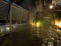 展望露天風呂でございます。温泉に浸かりながら、熱海湾をご覧いただけます。