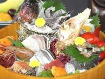 【桶盛会席】(2) 新鮮お造里たっぷりの桶盛りアップです。大漁・大漁♪