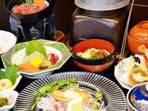 【川隅会席】(1) 日本海の新鮮な魚介類のほか、四季折々の地元の食材をふんだんに使ったお料理です。