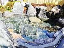 【露店風呂】(1)露天風呂は、岩風呂をイメージした佇まい。開放感を満喫できます。
