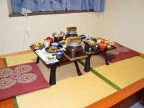洋室でのお食事はこのように狭いですが、2名様まで大丈夫です。