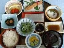 【朝食例】庭園の景色に心癒されるレストランにて栄養バランス◎の≪日替わり和定食≫をご用意致します。