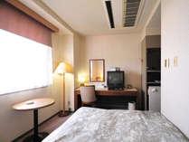 *<ダブルルーム>カップルや、ひとりで広めのベッドを使いたい方に人気です