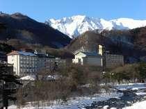 冬の谷川岳と利根川を望む松乃井(冬)