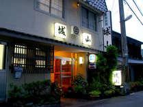 【外観】生駒聖天と親しまれる≪宝山寺≫の門前に佇む料理旅館です。