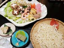 【うどんすき鍋】お野菜はもちろん、ハマグリ、鴨のだんご、海老など具材もたっぷりです!