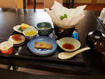 【朝食一例】旬魚の焼魚メインとした体に優しい和定食。冬は小鍋もご用意しております。
