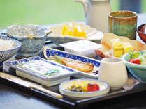 *【朝食】ボリュームのある朝食は男性にも人気! 緑の美しい庭を眺めながら、朝の活力をしっかりと!