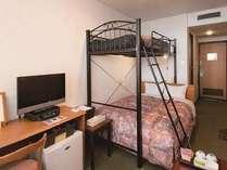 ダブルベッドにロフトベッドを加えたファミリーダブル。定員2~3名。3人家族のご利用にリーズナブル。