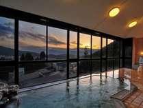 北信五岳を赤く染める夕焼けを望む自慢の展望風呂(男性用風呂)