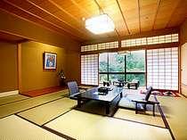 【秋の館】年間通じて一番リクエストの多いお部屋です。すべて庭園側です。