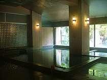 【男湯 豊明(ほうめい)】重厚な大浴場です。