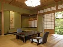 【秋の館/特別室/養老間】歴史ある庭園を間近に眺め、散策できるお部屋。