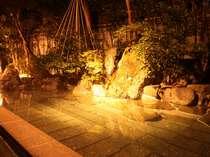【夜の露天風呂】ライトアップより一層幻想的です。