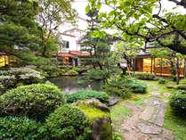鮮やかな色彩で四季の移ろいを見せてくれる日本庭園。この見事な景色を眺められるお部屋もございます。