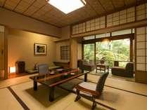 日本庭園を間近に見られる春の館は、いつも人気の客室(写真は春の館1F10畳以上)