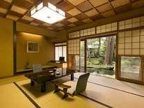 お部屋から眺める日本庭園の圧倒的な美しさ。鯉がいる池を眺められる客室も。